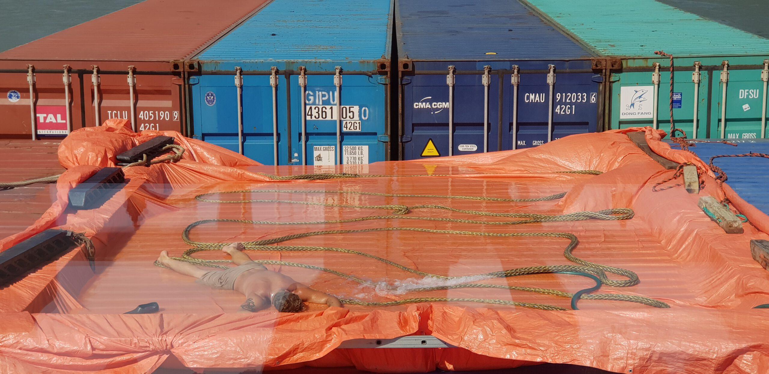 Zwemmen op de containers